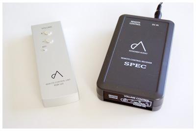 リモートコントロールユニット(左)とリモートコントロール受信機(右)